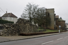 Porte d'Arroux -  Autun (Saône-et-Loire) Porte Saint-André (Ier siècle av. J.C.).  L'enceinte antique d'Autun était percée de quatre portes monumentales, dont trois substistent.  La porte d'Arroux, au nord; la porte Saint-André, à l'est; la porte Saint-Andoche, dont il ne subsiste qu'une tour, à l'ouest;  la porte de Rome, qui a disparu, au sud. Les quatre portes sont bâties sur le même modèle: deux grandes arches jumelles,  pour le passage des chariots, encadrées de deux petites arches pour celui des piétons.  Ces arches sont encadrées de deux tours en fer à cheval.  Les arches sont surmontées d'une galerie. Les décors de chacune des portes sont par contre différents.  Des indices suggèrent qu'il y avait des accès secondaires. La porte Saint-André ouvrait en direction de Langres et Besançon (Vesontio), à l'extrémité est de la rue principale est-ouest (decumanus maximus). Une tour latérale conservée en grande partie a été convertie au Moyen-Âge en église dédiée à Saint-André (actuellement, c'est un petit temple protestant).  Au XIXe siècle, Viollet-le-Duc a reconstitué une des arcades piétonnes et couvert la galerie supérieure de tuiles.