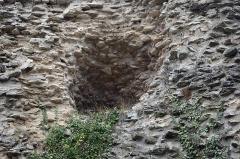 Temple de Janus -  Autun (Saône-et-Loire) La Pyramide de Couhard (ou Pierre de Couhard).  Le nom est celui du hameau de Couhard situé dans les hauteurs d'Autun.  La ville d'Autun (Augustodunum)a été fondée par les Romains vers la fin du 1er siècle. Elle est la ville nouvelle remplaçant Bibracte, capitale des Eduens située sur le Mont-Beuvray. La France compte quatre pyramides connues: à Falicon, près de Nice, à Couhard, près  d'Autun, à Plouézoch et à Carnac.  Mais il y en eut certainement d'autres.  La pyramide de Couhard daterait du Ier siècle. Sa hauteur d'origine devait atteindre 33 mètres. La forme devait être pyramidale.  La tradition veut que la pyramide fut autrefois recouverte de marbre, mais ce fut plus probablement de calcaire blanc. Le parement aurait été arraché et réutilisé dans la construction de l'église et des maisons de Couhard, il ne reste que le blocage*. La pente qui descend depuis la pyramide vers la ville était en partie occupée par une nécropole, le Champ des Urnes. Cette nécropole s'étendait le long de la voie d'Agrippa (en direction de Chalon).  Un médaillon d'or retrouvé sur place avec ces mots