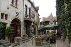 Maison dite Maison Sévigné -  Rue de Bourbon-Lancy. La maison Sévigné est au fond de la rue.