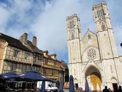 Cathédrale Saint-Vincent - Place et cathédrale Saint-Vincent .