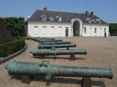 Château de la Verrerie -  Canons du château de la Verrerie, cour intérieur. Le Creusot, Bourgogne, FRANCE