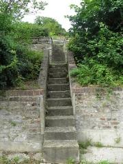 Cité ouvrière de la Combe des Mineurs -  Cité ouvrière de la Combe des Mineurs au Creusot (Saône-et-Loire). Vue d\'un escalier permettant d\'accèder à des jardins.
