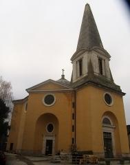Eglise Saints-Pierre-et-Paul - Français:   La façade de l\'église de Givry est surmontée d\'un clocher en forme d\'obélisque