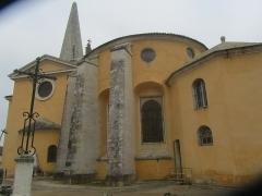 Eglise Saints-Pierre-et-Paul - Français:   Vue extérieure de l\'église de Givry: de la sacristie à droite au clocher à gauche