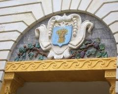 Hôtel de ville - Français:   Fronton au revers de \'hôtel de ville de Givry
