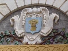 Hôtel de ville -  Givry (Saône et Loire) Blason sur le porche de l'hôtel de ville