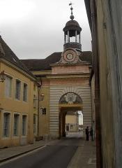 Hôtel de ville - Français:   l\'hôtel de ville de Givry est sur une ancienne porte de la ville de Givry