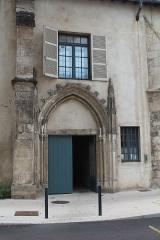 Couvent des Cordeliers  ou ancienne gendarmerie - Français:   Portail gothique du XIVe siècle du couvent des Cordeliers, à Mâcon