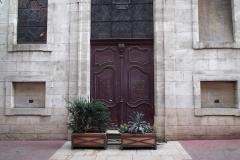 Hospice de la Charité - Français:   porte d\'entrée de la Chapelle avec les deux troncs pour les pauvres de part et d\'autre,Macon
