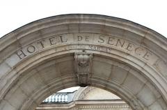 Hôtel Senecé - Français:   Portail de l\'Hôtel Senecé à Mâcon.