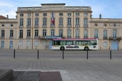 Hôtel de ville - Français:   Bus Trema devant l\'hôtel de ville de Mâcon.