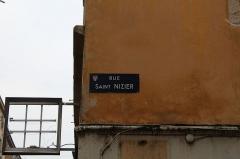 Maison - Français:   Plaque de la rue Saint-Nizier sur la maison de la rue Saint-Nizier à Mâcon.