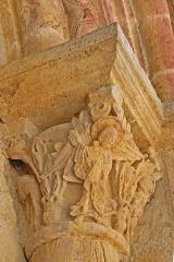 Eglise Saint-Pierre Saint-Paul - Deutsch: Sts-Pierre-et-Paul de Montceaux-l'Étoile, Portalkapitell rechte