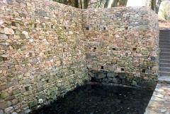 Oppidum du Mont-Beuvray, dit aussi oppidum de Bibracte (également sur commune de Glux-en-Glenne, dans la Nièvre) -  Reconstitution de la Fontaine ST Pierre à Bibracte, Bashar mai 2002, appareil photo personnel