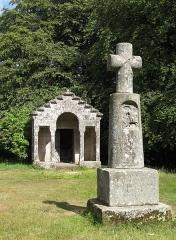 Oppidum du Mont-Beuvray, dit aussi oppidum de Bibracte (également sur commune de Glux-en-Glenne, dans la Nièvre) - Nederlands: Kapel Saint-Martin met kruisbeeld (calvaire), Mont Beuvray (Bibracte - oppidum en voormalige hoofdstad van de Aedui), Saint-Léger-sous-Beuvray, Saône-et-Loire, Bourgondië.  De kapel is gebouwd in 1873 op de apsis van een ouder christelijk gebouw, dat op zijn beurt opgetrokken was daar waar zich een romeinse tempel bevond (een kleinere versie van de