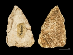 Gisement préhistorique - English:  Fragment of a flint laurel-leaf knife in flint. The two sides of the same specimen. Stage: Solutrean (22,000 to 17,000 years Before the Current Era) Locality: Solutré-Pouilly, France. Former collection of Adrien Arcelin .</dd>