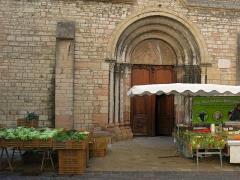 Eglise de la Madeleine - English: The entrance of the church of the Madeleine, a day of food market. Tournus (Saône-et-Loire, France).
