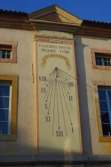 Hôtel de ville - English: Sundial on the facade of the town hall of Tournus (Saône-et-Loire, France). The text is : Felicibus brevis, miseris vero (=Short for happy people, hard for unhappy one).