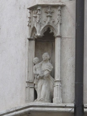 Maison - English: Small statue of Notre-Dame in a niche at Tournus, Saône-et-Loire, France.