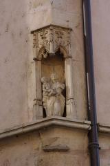 Maison -  Vierge en façade de l'Hôtel Jean Magnon à Tournus (Saône-et-Loire, France)