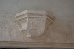 Maison -  Détail d'un linteau de porte sur cour de l'Hôtel d'Aubonne à Tournus (Saône-et-Loire, France)