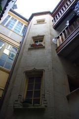 Maison -  Escalier de la cour de l'Hôtel d'Aubonne à Tournus (Saône-et-Loire, France)