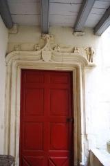 Maison -  Porte sur la cour de l'Hôtel d'Aubonne à Tournus (Saône-et-Loire, France)
