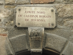 Maison - English: Plaque in the place of the northern limit of the walls of Tournus during the Roman Empire. 8 rue Désiré Mathuret, Tournus (Saône-et-Loire, France). At that time, the church of la Madeleine was inside the town, but the place of the abbaye outside.
