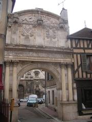 Abbaye Saint-Pierre -  Portail de l'ancienne abbaye Saint-Pierre d'Auxerre, en bas de la rue Joubert près de la rue du Pont.
