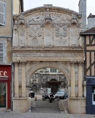 Eglise Saint-Pierre ou Saint-Père - Auxerre, Yonne, Bourgogne, France. Portail de l'enceinte de l'ancienne abbaye Saint-Pierre ou Saint-Père, en bas de la rue Joubert près de la rue du Pont.