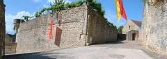 Enceinte de la ville -  Montréal (Yonne) - fortifications  Bastion et emplacement de la Porte du Milieu