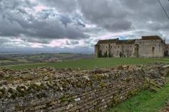 Maison-forte - Français:   Vue de la façade Est du chateau de Pisy au printemps 2014.