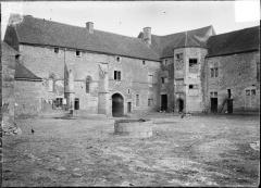 Maison-forte - Français:   Prise de vue du château de Pisy, cour intérieure, en 1907 par Jules Tillet. A cette période le château est une ferme