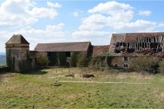 Maison-forte - Français:   Prise de vue des bâtiments agricoles du château de Pisy constituants la façade ouest.