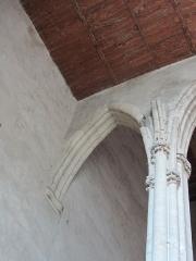 Eglise Saint-Pierre - Cette photo montre le départ d'une arcade qui n'aboutit pas. La nef aurait du être plus longue.