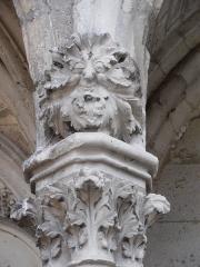 Eglise Saint-Pierre - Il s'agit d'une tête de chapiteau en forme de feuillage du portail nord de Saint julien du sault  du 13e siècle.