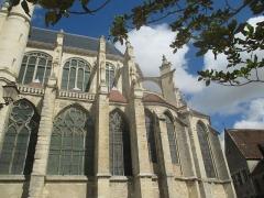Eglise Saint-Pierre - Côté sud du chevet de l'église de Saint-Julien-du-Sault.