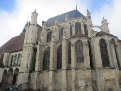 Eglise Saint-Pierre - Vue côté Sud de l'église Saint-Pierre de Saint-Julien-du-Sault (diocèse de Sens-Auxerre). Chœur.