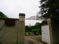 Eglise Saint-Pierre - L'église  vue de l'entrée du centre psycho-médical des Fontenottes à Saint-Julien-du-Sault (Yonne) France