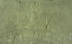 Eglise Saint-Pierre - Les piliers de l'église de Saint-Julien du Sault sont couverts de graffitis parfois anciens et très abimés par le lichen