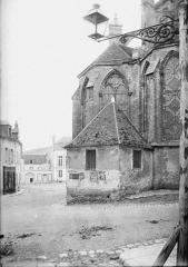 Eglise Saint-Pierre - La sacristie accolée à l'abside fut démolie en 1888 et une autre sacristie a été construite dans la partie basse du clocher.