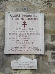 Eglise Saint-Pierre - Plaque d'une victime des Allemands en 1944. Saint-Julien-du-Sault (Yonne).