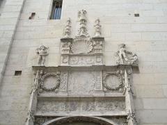 Ancien archevêché ou ancien palais archiépiscopal - Français:   Portail du palais de l\'archevêché de Sens.