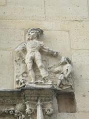 Ancien archevêché ou ancien palais archiépiscopal - Français:   Statue (détail du portail de l\'archevêché de Sens).