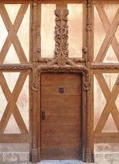 Maison dite d'Abraham -  Porte latérale de la Maison d'Abraham, une des plus anciennes maisons de Sens construite en 1540  www.office-de-tourisme-sens.com/