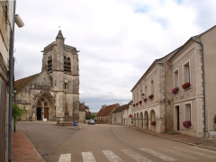 Eglise Saint-Julien - Français:   Thury (Yonne, France) , place de la mairie vue du sol