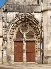Eglise Saint-Julien - Français:   Thury (Yonne, France); le portail de l\'église , l\'ensemble.