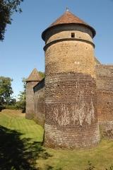 Château de Ratilly - Deutsch: Chateau-de-Ratilly, Südwestturm u. westlicher Graben