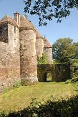 Château de Ratilly - Deutsch: Chateau-de-Ratilly,ortaltürme und Brücke über Burggraben