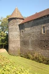 Château de Ratilly - Deutsch: Chateau-de-Ratilly, Nordwestturm von S, Burggraben